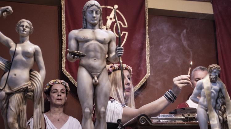 A sacerdotisa Helena Petri acende incenso no culto dos Helênicos Étnicos, em Atenas